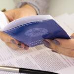 carteira de trabalho e contrato em mãos representando como fazer o cálculo da folha de pagamento