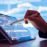 contador usando uma caneta e um tablet para realizar a auditoria financeira